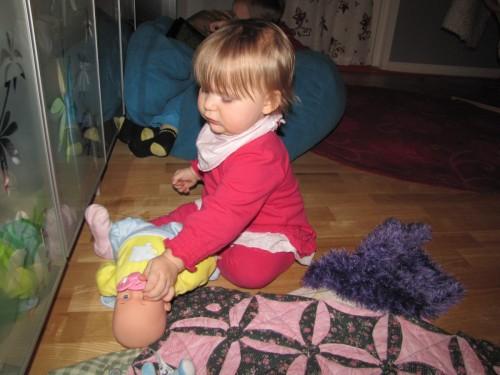 December: Minsann, dockan får lite uppmärksamhet ibland.