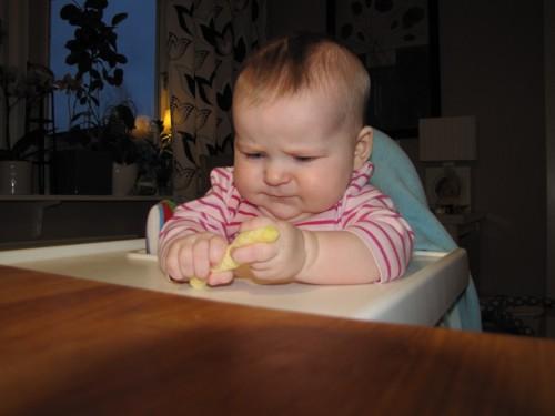 Lär sig äta majskrok - April 2013.
