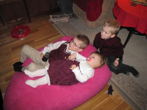 Alla tre barnen hittade något intressant på TV, ovanligt.
