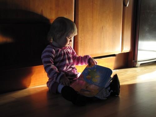 """Ibland sätter Ellinor sig och """"läser"""", helt själv."""