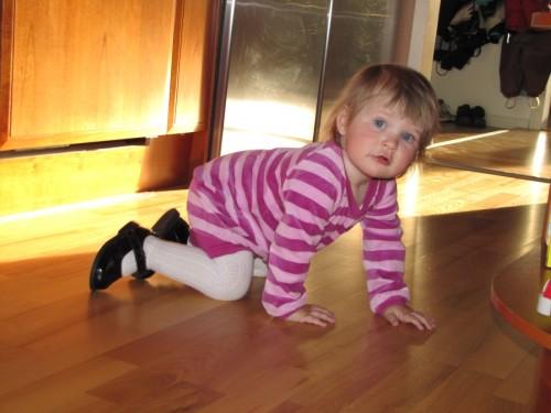 Kryper iväg (hon vill påfallande ofta ha skor på sig inomhus, inget vi andra brukar ha!).
