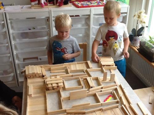 David har det också rätt så himla bra på sin avdelning på förskolan, här i konstruktionstagen med bästa kompisen (förskolans bild).
