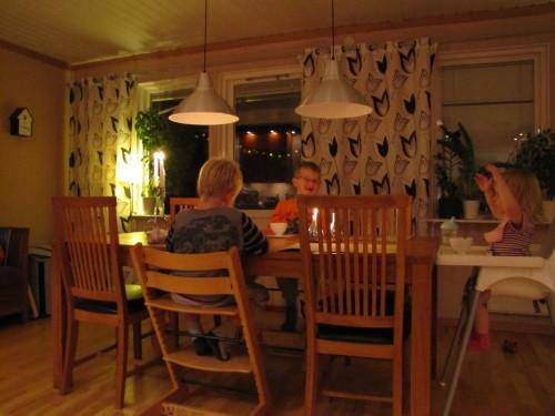 Bibbelbabbel runt kvällsmatsbordet.