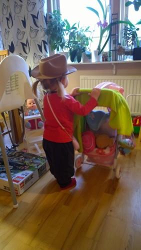 Den här tjejen och hennes dockor alltså... Här stod hon och dansade lite förstrött till musiken i köket, rullandes barnvagnen lätt fram och tillbaka som vilken erfaren förälder som helst... :-o :-D