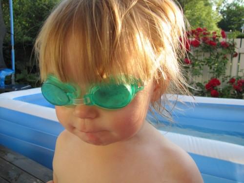 Juli - badar med brorsorna.