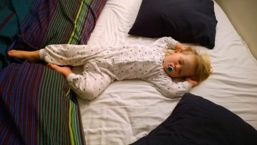Sover extremt sällan i annan säng än sin egen!