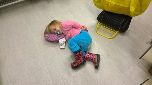 Tar en micropaus på IKEA (testar kudde).