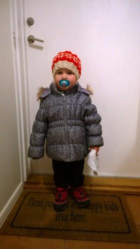 Redo att gå ut och hämta födelsedags paket på posten med mamma (i pysjamas och vinterjacka...).
